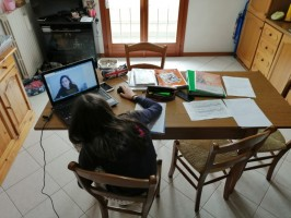Postazione di un'alunna in videolezione