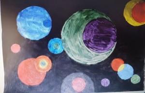 """Lavoretto di arte per i più piccoli: """"Diversi cerchi"""" del 1926 di Kandinsky. Potevano scegliere la tecnica, in base a ciò di cui disponevano in casa."""